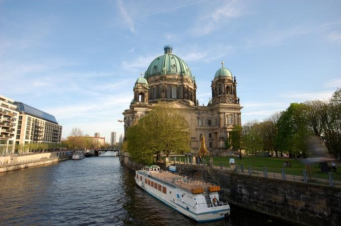 Berlin-sightseeing-cruise-on-the-river-spree-in-berlin-120378