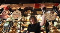 Small Group: London Historic Pub and Wine Cave Tour