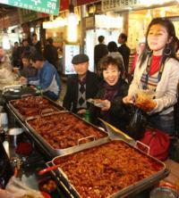 K-Pop Experience: KLive Hologram Concert and Guided Gwangjang Market Tour