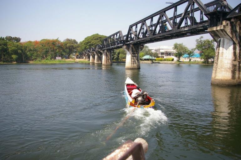 Our long tail boat pulls away. - Bangkok
