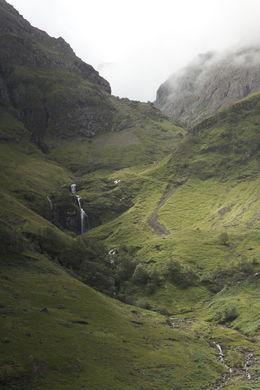 Vi stannade här och promenerade runt lite. En man i traditionell skotsk klädsel spelade säckpipa på rastplatsen. , Ek Ekmosse M - August 2013