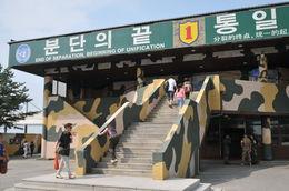 Noord- en Zuid-Korea blijven hopen dat het land op een moment weer verenigd zal worden. Voor de verdeelde families is het wel prettig als ooit weer een vrij personenverkeer zal worden toegestaan...., Martina v - September 2013