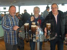 samen met de vrienden die de reis naar Dublin maakten genieten we in de Storehouse van een lekkere Guinness. , Nico J - November 2014