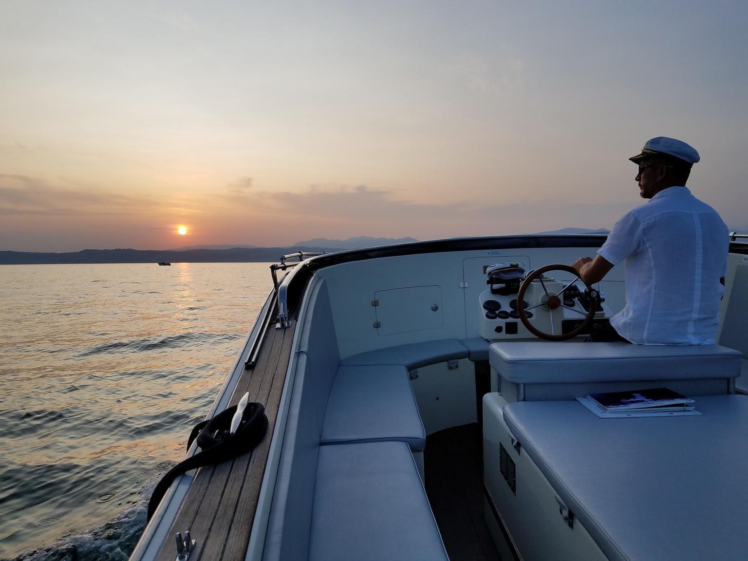 MAIS FOTOS, Excursão privada do Lago di Garda ao pôr do sol com prosecco