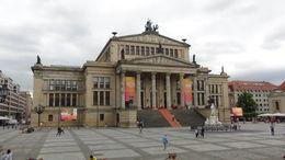Foto van het concertgebouw vanuit de bus , IR F G B - August 2014