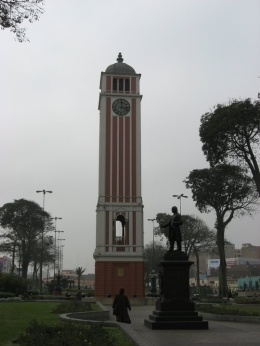 Small clock tower in one of the pedestrian areas of downtown Lima., Bandit - December 2010