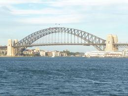 Après une excellente journée aux Blue Mountains dont nous n'envoyons pas la photo très connue , nous rentrons par le ferry à Sydney et pourrons admirer le soleil couchant , Jean-Pierre V - April 2015