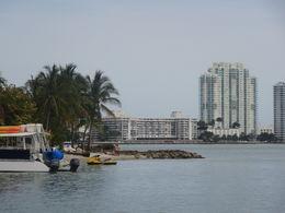 autre vue depuis de le bateau a travers les îles et les maisons de riches propriétaires , Guillaume M - April 2014