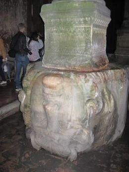 O que mais chama a atenção do turista que visita a cisterna da Basílica são as duas enormes cabeças de medusa encontradas no lado noroeste. Uma das cabeças está de..., Jose C - October 2013