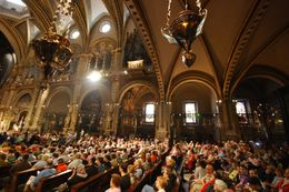 Mass filled up quickly in spite of the fact there are many seats and side chappels to sit within. People were standing along the back wall, and others were sitting on the stairs that lead to the ... , Theresanne S - July 2009