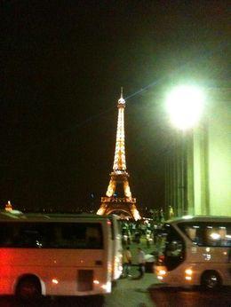 Passeio noturno em Paris em ônibus panorâmico, com áudio em português. Vista da torre Eiffel. , Doriana B - August 2014