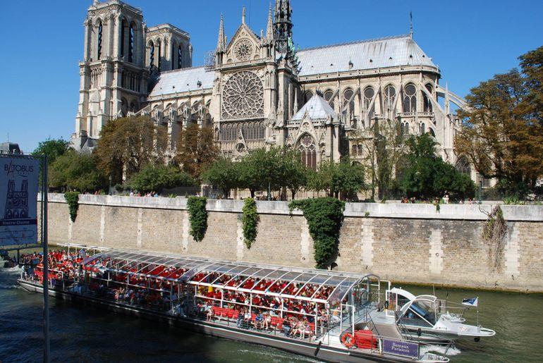 The bateau near Notre Dame - Paris