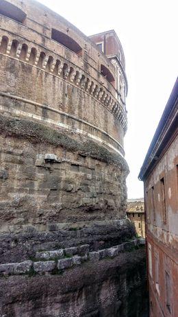 Alguien me puede indicar por que el edificio colindante está tan pegado al castillo? , Juan Manuel C - April 2016
