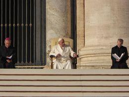 O Papa conversa sobre um determinado tema que é lido em vários idiomas. , Marcos - December 2015