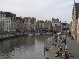 Du haut du pont qui surplombe ce canal, nous avons pu avoir une vue d'ensemble avec le château en toile de fond. Le temps était au beau fixe et les touristes ont prit un bain de soleil...., BERGER E - May 2014