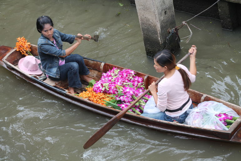 A Day of Selling on the Canal. - Bangkok