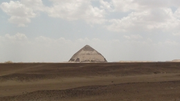 A look of the bent pyramid on the way to the red pyramid, Juan Jose G - May 2010