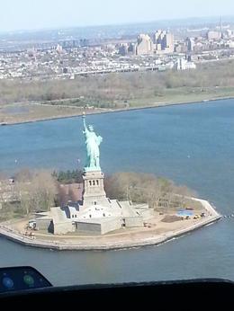 Point point d'observation de la statue et d'Ellis Island surtout si vous êtes assis devant , Marie - May 2013