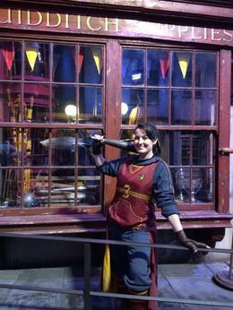Une joueuse de Quiddich devant la boutique (personnel des studios) , Caroline V - August 2014