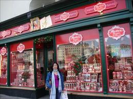 I really love this shop decoration of the Mozart Chocolate Shop!, Maria natalina S - August 2009