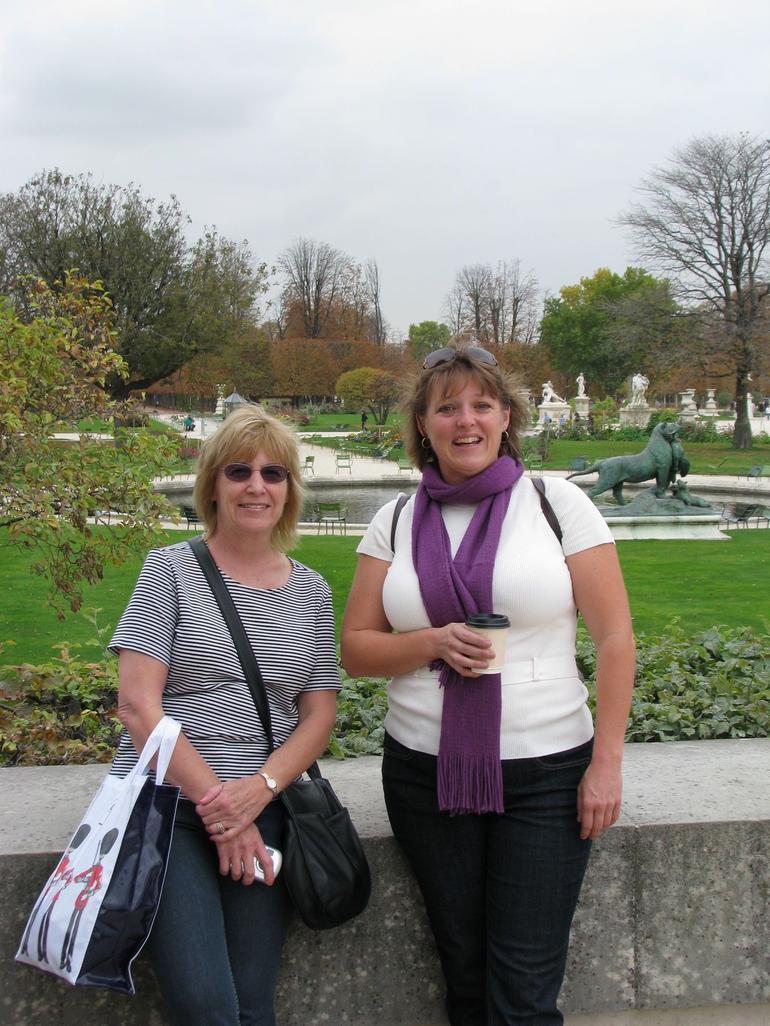 Girls in the park - Paris