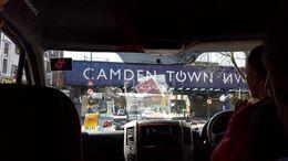 A van da excursão indo mostrar a casa que era de Amy Winehouse em Camden Town. , Adolfo - April 2015