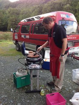 après une ballade dans la forêt jusqu'au lac Gunn, notre chauffeur, guide et cuisinier avait tout préparé pour un barbecue sympathique, c'était super , Ghislaine R - May 2014