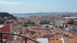 visite enTuk-Tuk sur une des collines de Lisbonne. C'est la plus belle vue de la ville. La montée vaut le détour. , EDOUARD F - August 2016