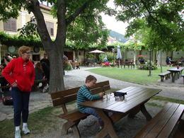 Frederik hygger mens de voksne smager dejlig vin på den sidste vingård , Dorthe j - July 2012