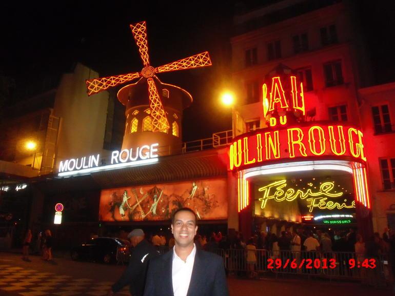 Em frente ao Moulin Rouge - Paris