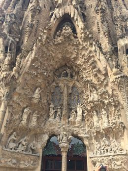 En entrant dans la Sagrada Familia , Thierry P - June 2016