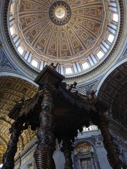 Vue sur la coupole de la Baslique Saint-Pierre et l'impressionnant baldaquin en bronze , David M - June 2015
