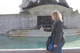 Vœux à une des fontaines du Victoria Memorial. , Crazy Nany - March 2014