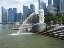 Merlion Park water fountain , Peter M - May 2017