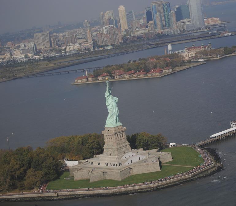Blick auf die Freiheitsstatue aus dem Heli - New York City