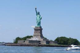 Possibilidade de tirar muitas fotos legais com a ponte, a ilha e a estatua. , Flavia A L - July 2015