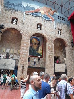 Le guide nous accompagnait lors de la visite du musée Dali , Philippe B - June 2015