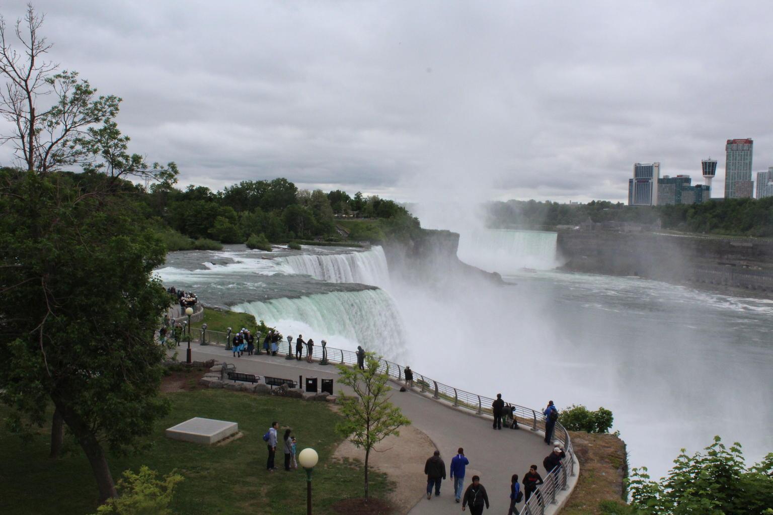 - Cataratas del Niagara, CANADA