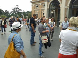 Unser Guide erklärt uns wissenswertes über die Vatikanischen Museen...sehr nett und sehr kompetent ! , Frank S - May 2013