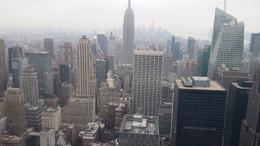 Auch bei leichtem Nebel ist der Ausblick grandios. Ich bin lieber auf dem Top of the Rock als auf dem Empire State Building. Viel mehr Platz durch 3 Ebenen und man hat alle Zeit derWelt. Immer..., Katrin S - December 2014