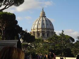 Dôme de la Basilique St Pierre depuis les jardins du Vatican , Sophie M - August 2017