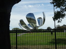 This wonderful scupture shines briliantly in Buenos Aires! , Tom T - November 2015