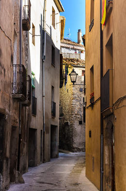 The narrow streets of Besalu, built long before cars were imagined. , KL1NGON - January 2017