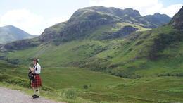 Fint med säckpipa bland bergen :) , Inger L - July 2013