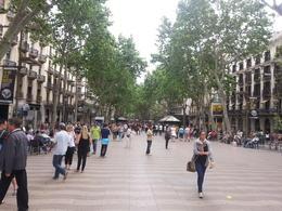 Foule compacte en ce jeudi de l'Ascension, jour férié pour les Espagnols aussi. Tout le charme de Barcelone est réuni dans ce lieu magique adoré des touristes et des Catalans... , PATRICK P - May 2013