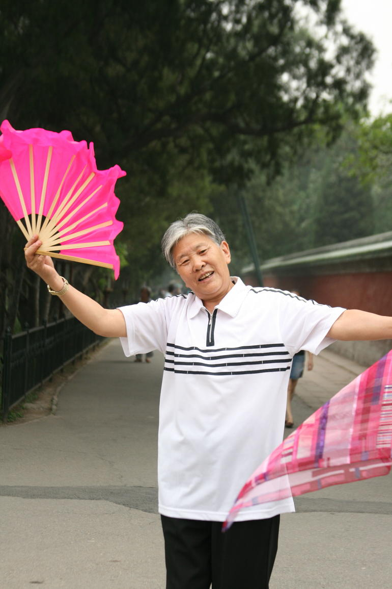 beijing temeple of heaven old people practise fan dance.JPG - Beijing