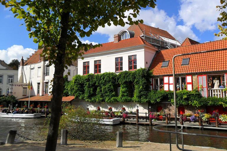 Boat area in Bruges - Paris