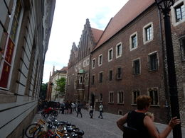 Bij de ingang van de oude universiteit. Door de ingang kom je in de binnenhof. , Hilja P - August 2015
