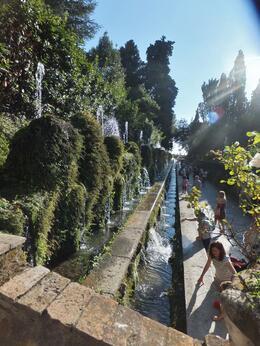 Fraîcheur dans les allées grâce aux innombrables fontaines. , Claude C - September 2014