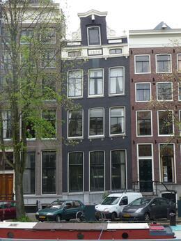 A Dutch children song goes like this : Amsterdam, die grote stad die is gebouwd op palen. Als die stad eens ommeviel wie zou dat betalen? Amsterdam, the big city it is built on poles. If that..., Chou Fleur - September 2010